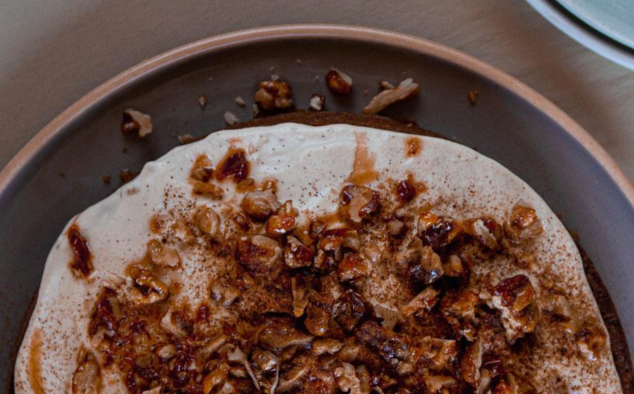 Pastel decorado con frosting, nueces y canela