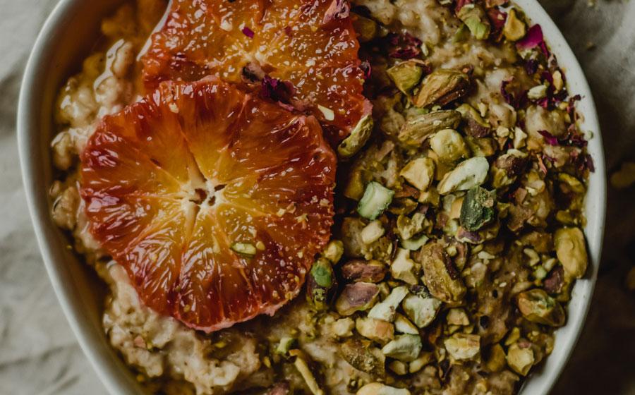 Porridge con pistachos y naranja