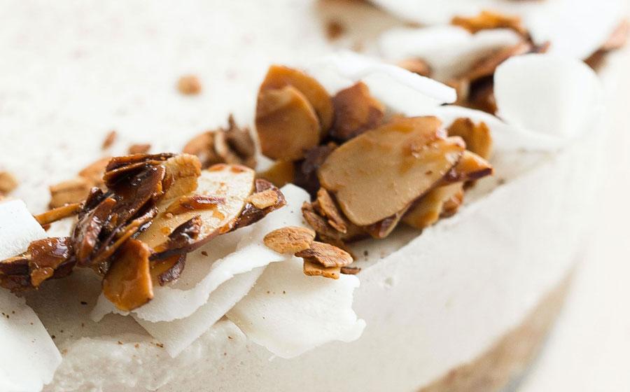Tarta decorada con coco y almendra laminados